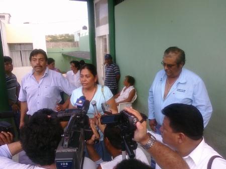 Los tres activistas ante los medios al salir del penal © AMAP