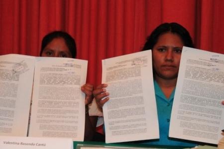 Ines y Valentina exigiendo justicia (Foto @ Tlachinollan)