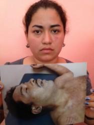 Silvia Domínguez muestra una foto del cuerpo de su hermano asesinado