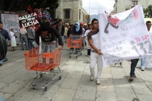 Imagen de la marcha en Oaxaca @ oaxacaenpiedelucha.info
