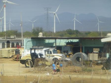 Población junto a parque eólico en el Istmo de Tehuantepec. Foto (@Sipaz)