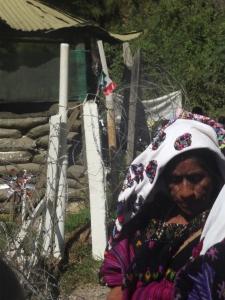 Mujer frente al campamento militar de Majomut, peregrinación del 8 de marzo de 2014 (@SIPAZ)