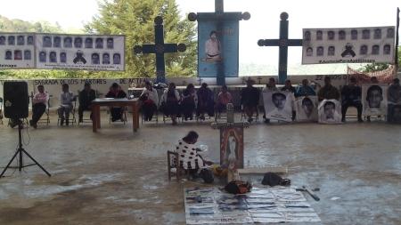 Familiares y compañeros de los estudiantes desaparecidos de Ayotzinapa, diciembre de 2014 (@SIPAZ)
