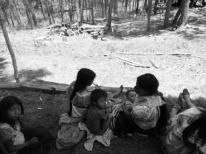 Mujeres, niñas y niños tojolabales en campamento de desplazamiento @RadioZapatista