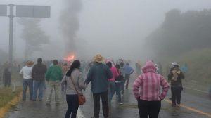 Choque entre magisterio y cuerpos policiales. Foto @Revolución Tres Punto Cero.