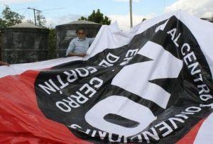 Francisco Toledo, opositor al CCCO en el Cerro el Fortín, colocando una manta de rechazo. Foto: @Óscar Rodríguez