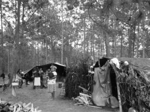 Mujeres, hombres, niñas y niños desplazados en campamento de desplazamiento @RadioPozol