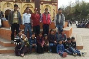 Integrantes de Solidarios de la Voz del Amate frente a la Catedral de San Cristóbal de Las Casas.  Foto: @Chiapas Denuncia Pública