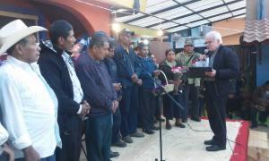 © pozol.org, Obispo Raul Vera López entrega reconocimiento al consejo parroquial de Simojovel
