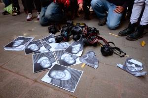 Periodistas y fotografos protestaron por sus compañeros desaparecidos y muertos en Veracruz, Foto @izq.mx