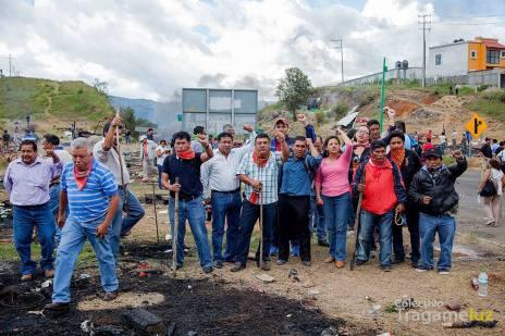 Magisterio y grupos, colectivos, personas solidarias retomando el plantón San Cristóbal-Tuxtla (Foto@Colectivo Tragameluz)