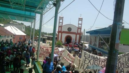 FOTO-1-INICIAN-PLANTÓN-SOCIEDAD-CIVIL-DE-AMATAN-EN-PRESIDENCIA-MUNICIPAL-150818.jpg