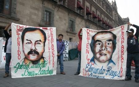 CIUDAD DE MÉXICO, 13MAYO2019.- Integrantes del Comité de Familiares de Detenidos Desaparecidos Hada Encontrarlos realizaron una conferencia de prensa frente a Palacio Nacional para informar sobre el amparo que obliga al Ejército, el gobierno de Oaxaca,
