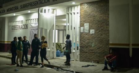 Personas migrantes se amotinaron en la Estación Migratoria de Tenosique, en uno de las áreas se incendiaron unos colchones lo que ovacionó la muerte de un hombre guatemalteco y varios resultaron heridos.